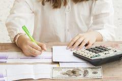 Depósito de la cuenta de la escritura de la mano con el banco de la libreta de banco para los costos financieros y la renta Imagen de archivo libre de regalías