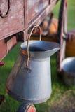 Depósito de leche de aluminio en granja imagenes de archivo