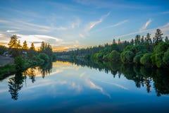 Depósito de nueve millas en el río de Spokane en la puesta del sol Fotografía de archivo
