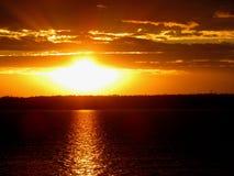 Depósito de Svetlodar en el fondo de la puesta del sol fotografía de archivo libre de regalías