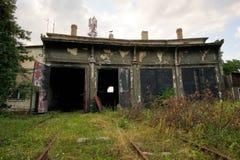 Depósito de trem abandonado saido para deteriorar imagem de stock royalty free