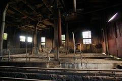 Depósito de trem abandonado saido para deteriorar foto de stock