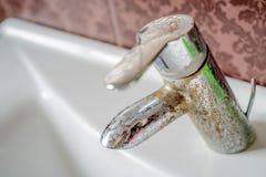 Depósito del agua dura en un golpecito Foto de archivo