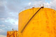 Depósito del petróleo y del producto químico y los tanques de almacenaje Imagen de archivo