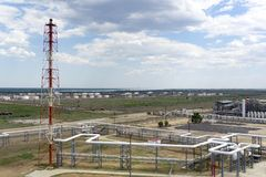 Depósito do óleo estrada de ferro, transporte, tanque, trem, em uma refinaria em Rússia equipamento e complexos para o processame imagens de stock