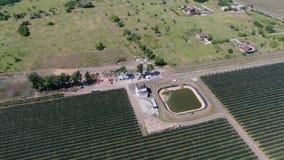 Depósito grande para regar los manzanos en la huerta masiva, 4k metrajes