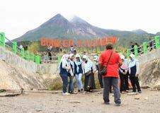 Depósito Kalidem que fuma o vulcão de Merapi imagens de stock