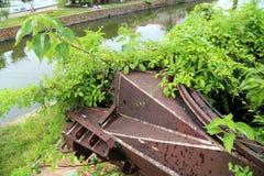 Depósito militar velho com o canhão do tanque na parede da citadela de Dong Hoi, Quang Binh, Vietname fotos de stock