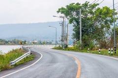 Depósito próximo de San Kamphaeng de la prohibición de la carretera con curvas Imagen de archivo libre de regalías