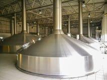 Depósitos de aluminio de una cervecería foto de archivo libre de regalías
