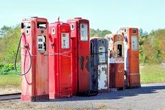 Depósitos de gas abandonados vintage en las estaciones Foto de archivo