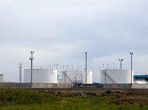 Depósitos de gasolina blancos en un campo Fotos de archivo