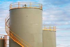 Depósitos de gasolina cilíndricos cinzentos Fotografia de Stock