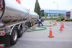 Depósitos de gasolina de enchimento do posto de gasolina Imagem de Stock Royalty Free