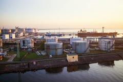 Depósitos de gasolina en el puerto Imágenes de archivo libres de regalías