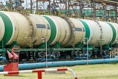 Depósitos de gasolina ferroviarios viejos en la estación Foto de archivo