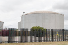Depósitos de gasolina grandes en una yarda de la refinería Fotografía de archivo