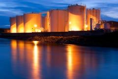 Depósitos de gasolina iluminados en la noche Imagenes de archivo