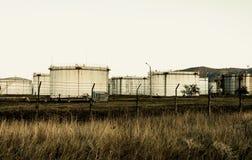 Depósitos de gasolina oxidados velhos enormes fotos de stock