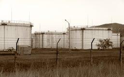 Depósitos de gasolina oxidados viejos enormes Imagenes de archivo
