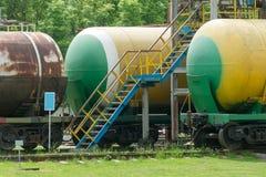 Depósitos de gasolina railway velhos na estação Imagens de Stock