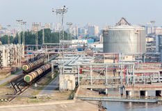 Depósitos de gasolina y tren del combustible Foto de archivo