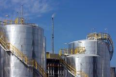 Depósitos de la gasolina en refinería Fotos de archivo libres de regalías
