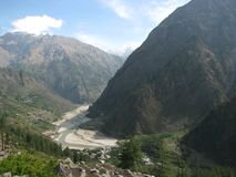 Depósitos del sedimento en las baterías del río en medio de las colinas Fotografía de archivo