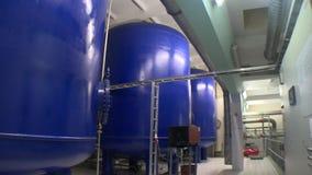 Depósitos para el almacenamiento del barro del tratamiento de aguas Producci?n del biog?s almacen de metraje de vídeo