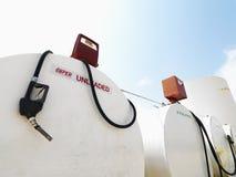 Depósitos y bombas de gasolina. Imagen de archivo libre de regalías