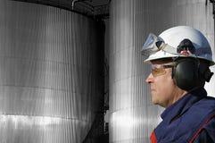 Depósitos y petróleo-trabajador de gasolina Fotos de archivo libres de regalías