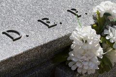 Dep-Kirchhofdetail mit weißen Blumen Lizenzfreies Stockbild
