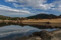 Dep?sito del EL Burguillo Agua, árboles y rocas foto de archivo