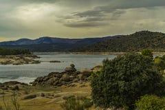 Dep?sito del EL Burguillo Agua, ?rboles y rocas fotografía de archivo libre de regalías