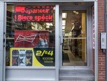 Depanneur商店在蒙特利尔的中心,有百威啤酒的一张海报的 免版税库存照片