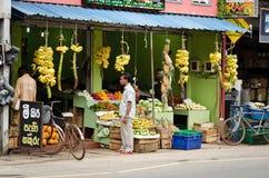 Departamento asiático tradicional de los vehículos y de las frutas Foto de archivo