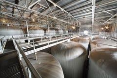 Departamento con las cisternas para la cerveza en Ochakovo Fotografía de archivo