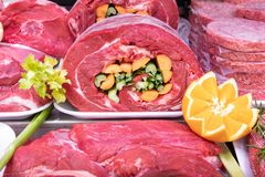 Departamento da carne no açougue dentro de uma alameda do mercado imagens de stock