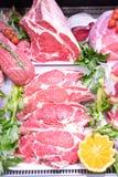 Departamento da carne no açougue dentro de uma alameda do mercado foto de stock royalty free
