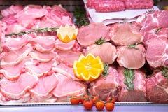 Departamento da carne no açougue dentro de uma alameda do mercado imagem de stock