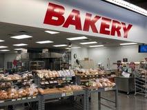 Departamento da padaria em uma loja do supermercado foto de stock