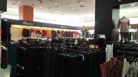 Departamento das meninas no shopping imagem de stock