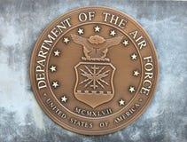 Departamento de Estados Unidos de la moneda de la fuerza aérea en un bloque de cemento Imagen de archivo libre de regalías