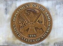 Departamento de Estados Unidos de la moneda del ejército en un bloque de cemento Foto de archivo libre de regalías