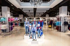 Departamento de Gloria Jeans en el centro comercial foto de archivo libre de regalías