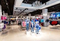 Departamento de Gloria Jeans en el centro comercial fotografía de archivo libre de regalías