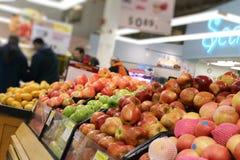 Departamento de la comida en supermercado Imágenes de archivo libres de regalías