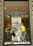 Departamento de la manera de Zara en Italia Imágenes de archivo libres de regalías