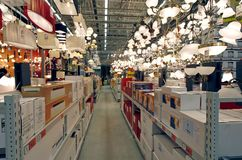 Departamento de produtos da iluminação na loja de ferragem Fotos de Stock Royalty Free