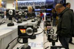 Departamento de ventas de las cámaras digitales en un supermercado Foto de archivo libre de regalías